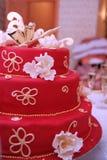 Torta dello sposo e della sposa sulla tabella di cerimonia nuziale Fotografia Stock