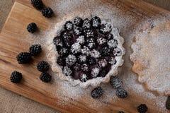 Torta di Blackberry su una tavola di legno immagini stock