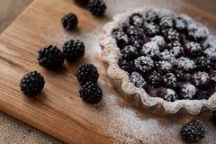 Torta di Blackberry su una tavola di legno fotografia stock