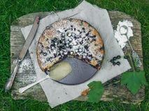 Torta di Blackberry sul vecchio scrittorio di legno Fotografie Stock