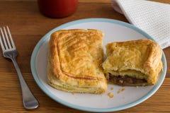 Torta di carne della bistecca con sugo - rinforzi la torta nella fine della pasta sfoglia su fotografia stock