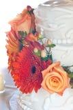 Torta di cerimonia nuziale bianca con i fiori variopinti Immagini Stock Libere da Diritti