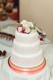 Torta di cerimonia nuziale bianca con le rose Fotografia Stock