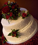 Torta di cerimonia nuziale bianca con le rose rosse Fotografie Stock Libere da Diritti