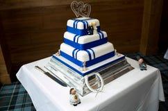 Torta di cerimonia nuziale blu e bianca fotografie stock libere da diritti