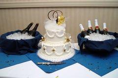 Torta di cerimonia nuziale con Champagne Fotografia Stock Libera da Diritti