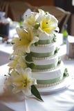 Torta di cerimonia nuziale con i fiori Fotografia Stock