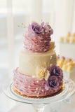 Torta di cerimonia nuziale con i fiori Immagini Stock