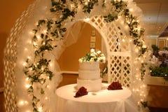 Torta di cerimonia nuziale con i fiori Fotografie Stock Libere da Diritti