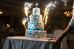 Torta di cerimonia nuziale con i fuochi d'artificio Fotografie Stock