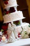 Torta di cerimonia nuziale con la sposa e lo sposo Fotografia Stock