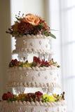 Torta di cerimonia nuziale con le decorazioni del fiore Immagine Stock