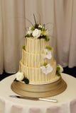 Torta di cerimonia nuziale degli sposi e della sposa Fotografia Stock