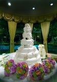 Torta di cerimonia nuziale floreale elaborata fotografia stock libera da diritti