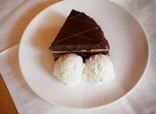 Torta di cioccolato con il gelato Fotografie Stock