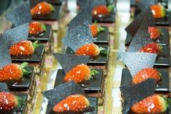 Torta di cioccolato con la fragola sulla parte superiore Fotografia Stock
