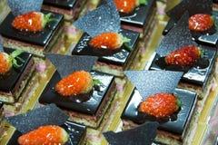 Torta di cioccolato con la fragola sulla parte superiore Immagini Stock