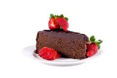 Torta di cioccolato della fetta con le fragole isolate Fotografia Stock