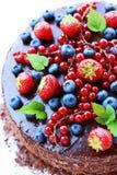 Torta di cioccolato di compleanno su priorità bassa bianca Immagini Stock