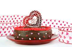 Torta di cioccolato di giorno del biglietto di S. Valentino felice Fotografie Stock