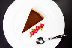 Torta di cioccolato scura Bella torta di cioccolato con la bacca fresca Fotografia Stock