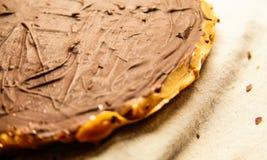 Torta di cioccolato sulla zolla Immagini Stock