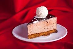 Torta di cioccolato Yummy su priorità bassa di seta rossa Fotografia Stock Libera da Diritti