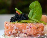 Torta di color salmone fresca con il caviale Fotografie Stock Libere da Diritti