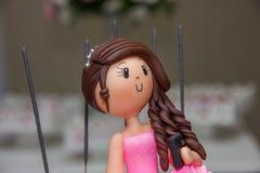 Torta di compleanno che decora le bambole fotografia stock