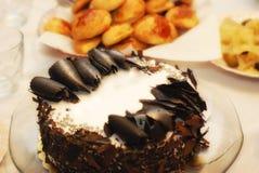 Torta di compleanno con i pastrys Immagini Stock Libere da Diritti