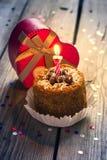 Torta di compleanno con la candela e un regalo Fotografia Stock Libera da Diritti