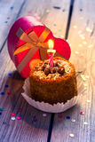 Torta di compleanno con la candela ed il regalo Immagini Stock Libere da Diritti
