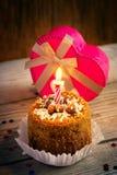 Torta di compleanno con la candela ed il regalo Fotografia Stock