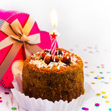 Torta di compleanno con la candela su un fondo bianco Fotografie Stock Libere da Diritti