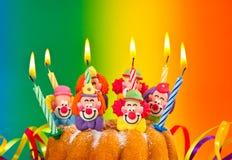 Torta di compleanno con la decorazione bruciante delle candele fotografie stock libere da diritti