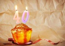 Torta di compleanno con le candele brucianti come numero quaranta fotografie stock