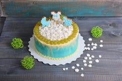 Torta di compleanno del neonato con il pan di zenzero e l'uva Immagini Stock Libere da Diritti