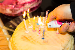 Torta di compleanno di Homemmade fuoco della mano della torta immagine stock