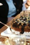 Torta di compleanno di taglio Fotografia Stock Libera da Diritti