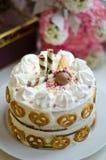 Torta di compleanno fatta a mano per la neonata immagine stock