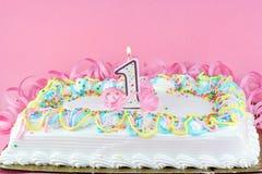 Torta di compleanno graziosa con la candela illuminata. Fotografie Stock Libere da Diritti