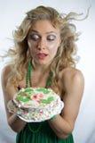 Torta di compleanno graziosa della tenuta della donna Immagini Stock