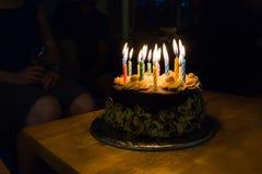 Torta di compleanno nella stanza scura Immagine Stock