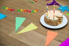 Torta di compleanno sulla Tabella di legno decorata Fotografie Stock