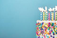 Torta di compleanno variopinta con i lotti delle candele immagine stock