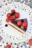 Torta di Dukan con le bacche della gelatina e del cioccolato Fotografia Stock