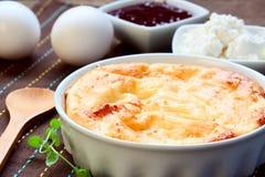 Torta di formaggio al forno in una forma ceramica Immagini Stock Libere da Diritti