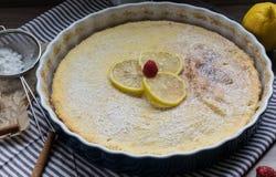 Torta di formaggio casalinga con i lamponi ed il limone Dessert delicato per caffè Fotografia Stock