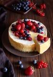 Torta di formaggio casalinga con le bacche di inverno e della fragola Torta di formaggio di New York Dessert di Natale Alimento s fotografia stock