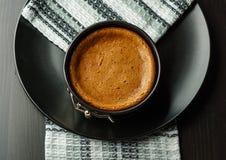 Torta di formaggio casalinga del cioccolato in piccola pentola dello springform sulla banda nera con i dadi sulla tavola Fotografia Stock Libera da Diritti